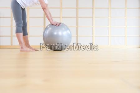 donna a piedi nudi appoggiato palla