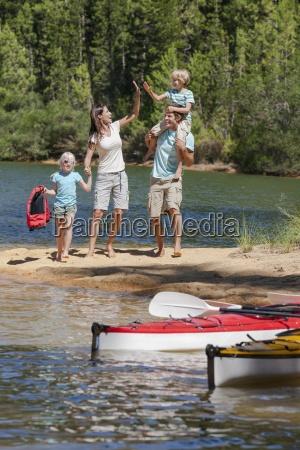 famiglia alta fiving in riva al