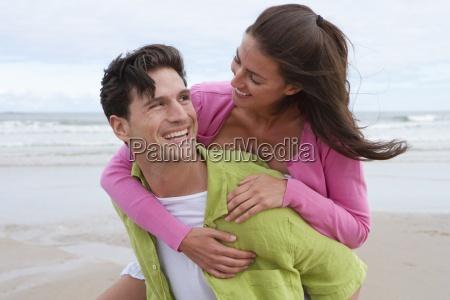 uomo che la donna piggyback lungo