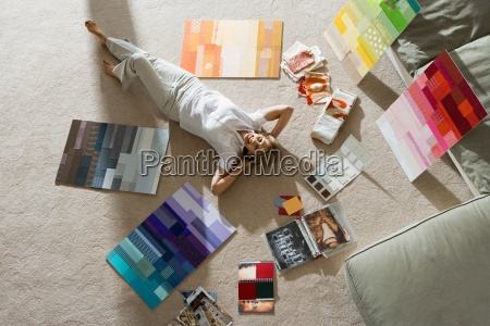 senior uomo disteso sul pavimento di