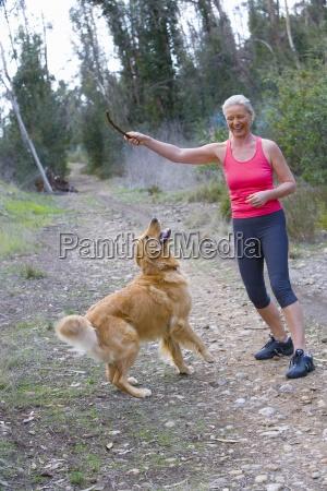donna anziana attiva in gilet sportivo