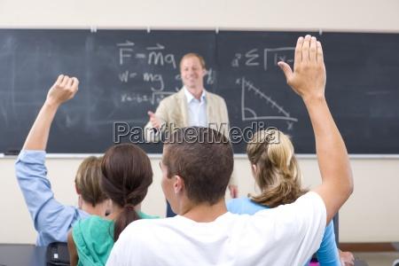 gli studenti con le braccia alzate