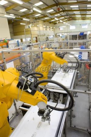 bracci robotici che lavorano alla catena