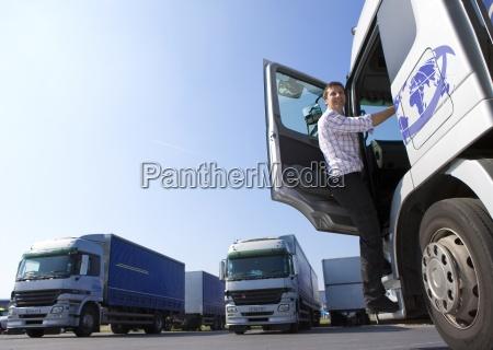 camionista salendo a cabina del semi