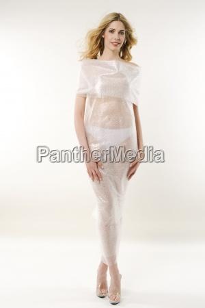 una donna che indossa un abito