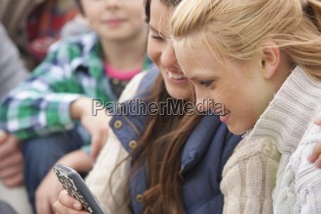 adolescente ragazze visualizzazione messaggio di testo