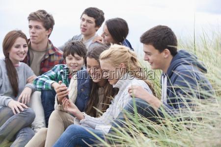 amici adolescenti che leggono un messaggio