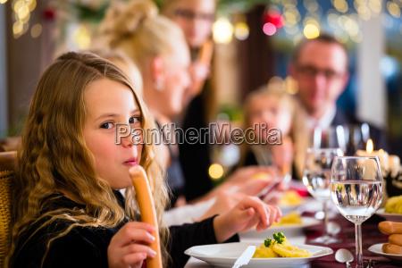 famiglia alla cena di natale salsiccie