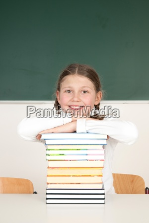 studentessa appoggiato su una pila di