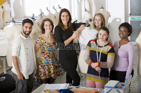 fashion design studenti con docente in