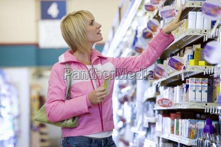 nel supermercato scegliendo elemento dallo scaffale