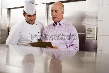 maschio chef e manager del ristorante