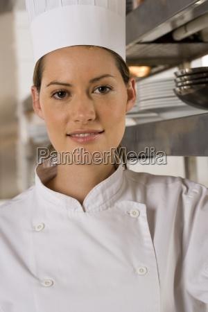 cuoco unico femminile in piedi in