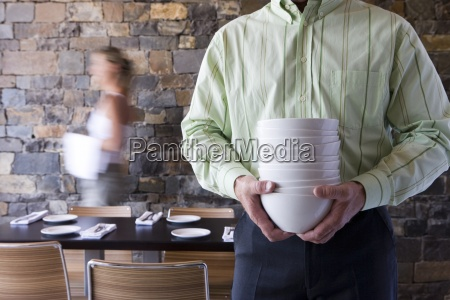 cameriere e cameriera posa tavoli nel