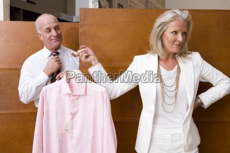 coppia donna alzando camicia da uomo
