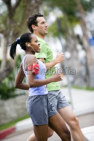 coppia indossando abbigliamento sportivo jogging sul