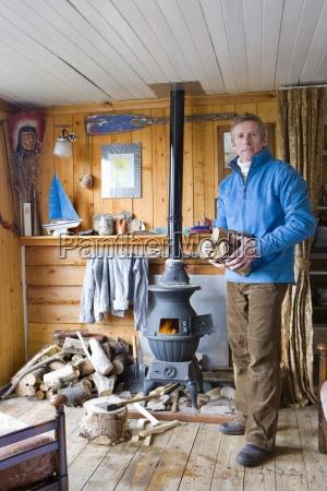 uomo in salotto mettendo il ceppo