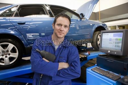 meccanico in negozio di riparazione auto