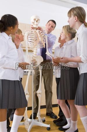 i bambini scolastici che ascoltano linsegnante