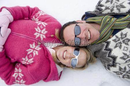 sorridente coppia che nella neve insieme