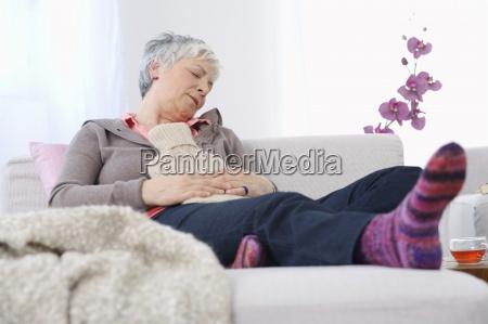senior donna di riposo a casa