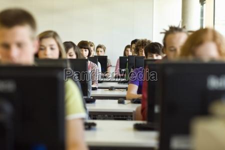 educazione orizzontale vista frontale tecnologia studenti