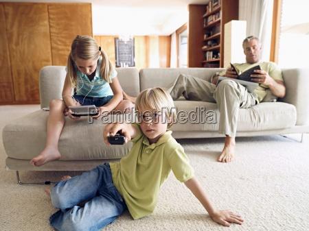 padre lettura libro sul divano a