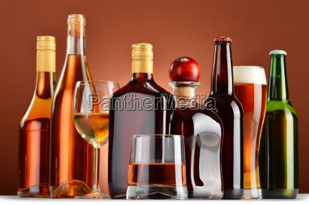 bottiglie e bicchieri di bevande alcoliche