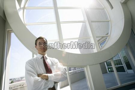 imprenditore in piedi vicino edificio balcone