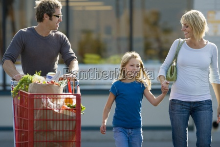 famiglia lasciando supermercato il padre che