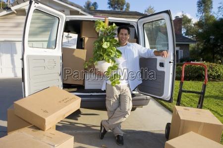 uomo in movimento casa in piedi
