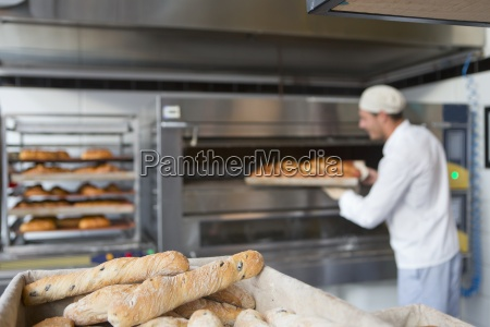baker azienda vassoio di pane in