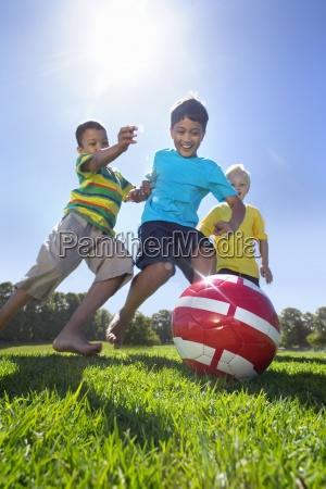 sorridente ragazzi che giocano a calcio
