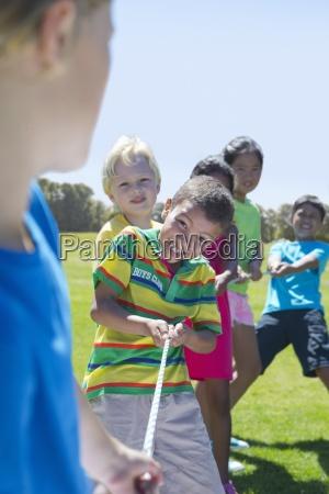 bambini sorridenti giocano al tiro alla