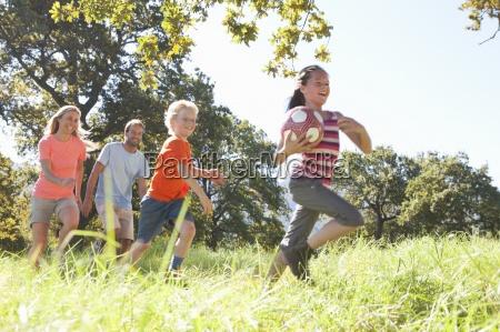 genitori e bambini che corrono con
