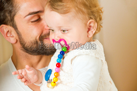 padre con bambino in braccio