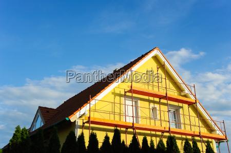 casa indipendente con scaffolding