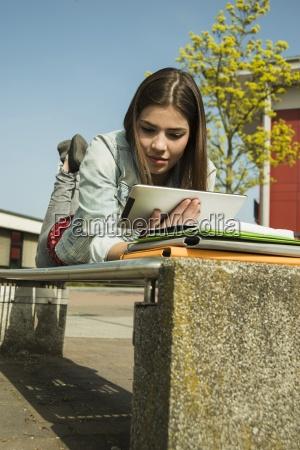 donna visione dal basso studiare studio