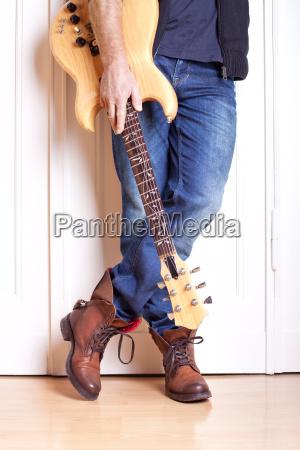 musica porta chitarra artista pittore casual