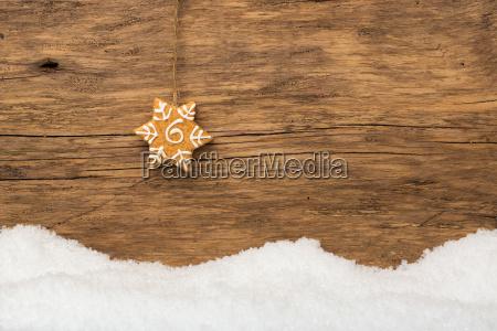 hanging gingerbread con la neve su