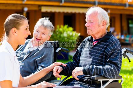 coppia di anziani nel giardino di