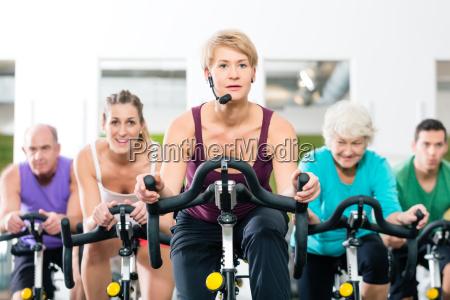 anziani a girare in bicicletta fitness