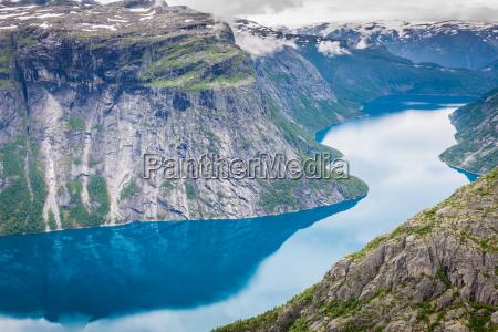 bellissimo paesaggio norvegese con montagne sulla