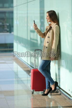 donna viaggiatore utilizzando uno smart phone