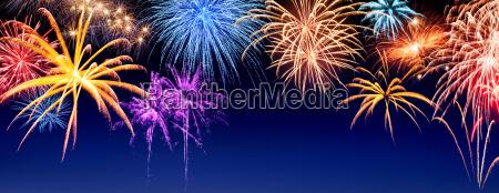 fireworks panorama su blu scuro