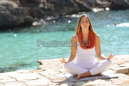 ragazza relaxed facendo esercizi di yoga