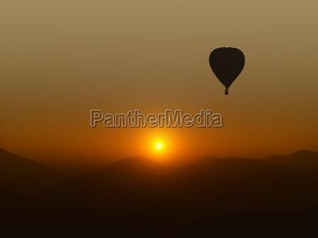 colore collina montagne sopra tramonto alba