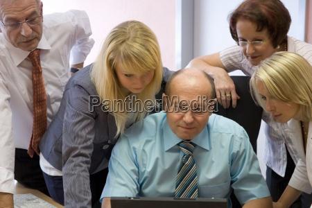 donna ufficio commesso dipendente impiegato discussione