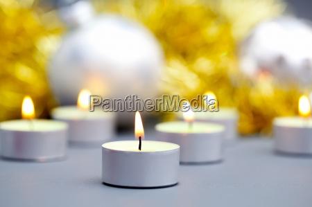 candele accese su sfondo di palle