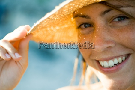 donna risata sorrisi mano cappello tenere